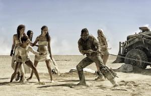 imagem representativa da dinâmica de gênero em Mad Max: donzelas gostosas sendo salvas por um machão. duvida?